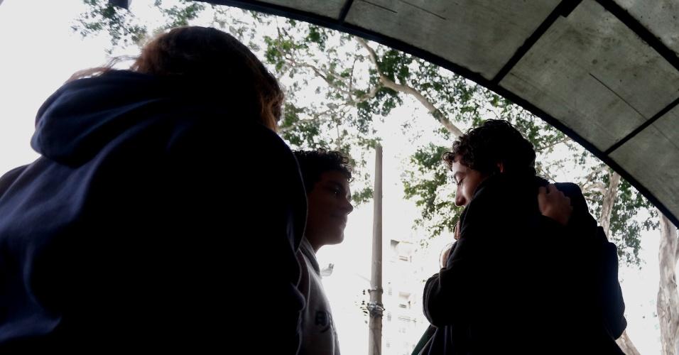 13.mai.2016 - Estudantes abraçam secundarista liberado após prestar depoimento no 3º DP em São Paulo (SP). Hoje pela manhã a PM retirou estudantes que ocupavam o prédio da Etesp em protesto contra a falta e ao desvio de merenda nas escolas estaduais