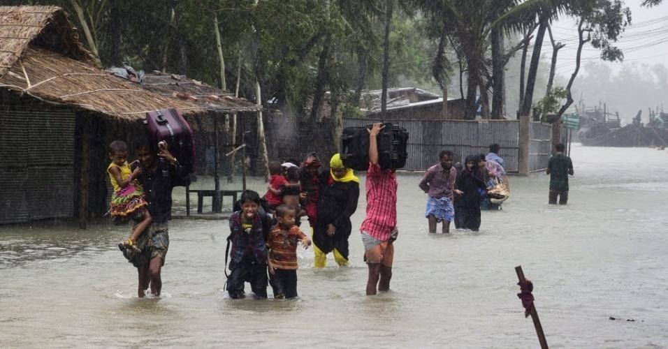 21.mai.2016 - O ciclone Roanu atingiu a costa do Bangladesh neste sábado, deixando ao menos seis mortos. Cerca de 500 mil pessoas foram deslocadas de suas casas. Em Cox Bazar, na foto, a população foi forçada a sair de casa para escapar da enchente