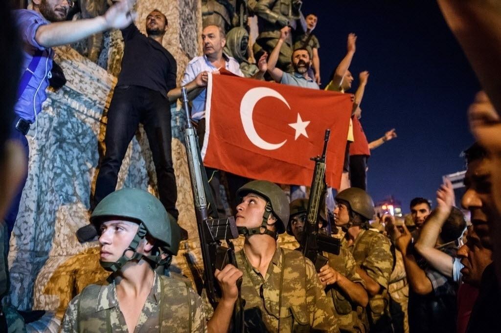 15.jul.2016 - Exército e manifestantes vão para a praça Taksim, em Istambul, após tentativa de golpe militar na Turquia. Uma nota divulgada pelos militares afirmava que o Exército havia tomado o poder para proteger a ordem democrática e manter os direitos humanos. O presidente turco, Recep Tayyip Erdogan, disse que o golpe seria fruto de uma minoria dentro do Exército turco