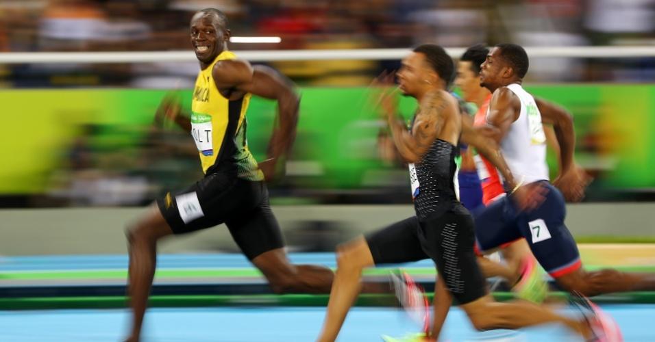 14.ago.2016 - Nos Jogos Olímpicos do Rio de Janeiro, o jamaicano Usain Bolt se tornou o primeiro da história a ganhar o tri olímpico dos 100 m rasos, uma das provas mais tradicionais da Olimpíada. Na foto, ainda pela semifinal, disputada mais cedo, Bolt olha para o lado para ver onde estão seus adversários, pouco antes de cruzar a linha de chegada