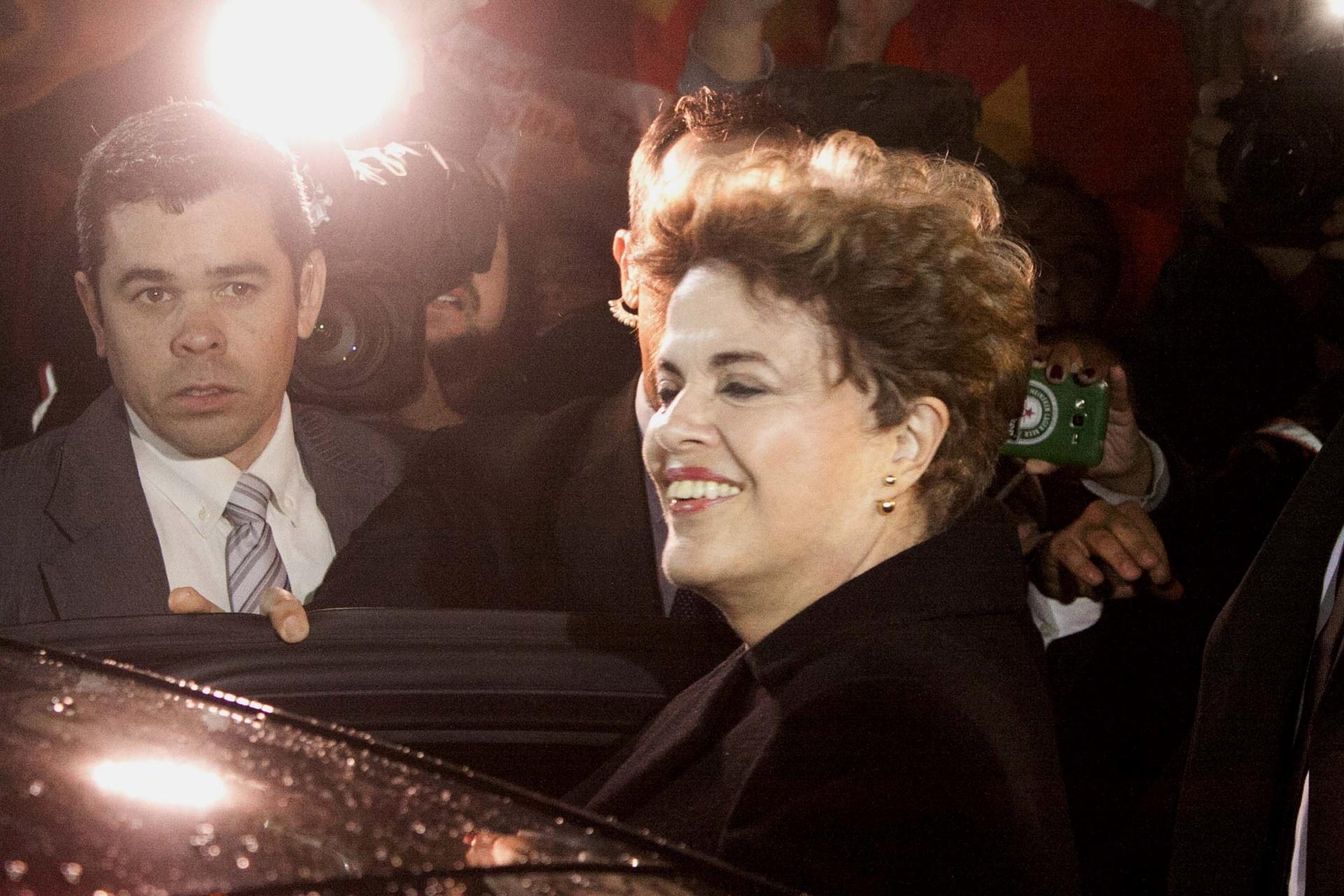 6.ago.2016 - Seis dias após sofrer o impeachment, a ex-presidente Dilma Rousseff (PT) deixou definitivamente o Palácio da Alvorada, em Brasília. Na imagem, ela é recebida por manifestantes e apoiadores na Base Aérea de Canoas (RS), de onde seguiu para a casa da família, em Porto Alegre