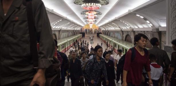 Passageiros deixam estação de metrô em Pyongyang, Coreia do Norte