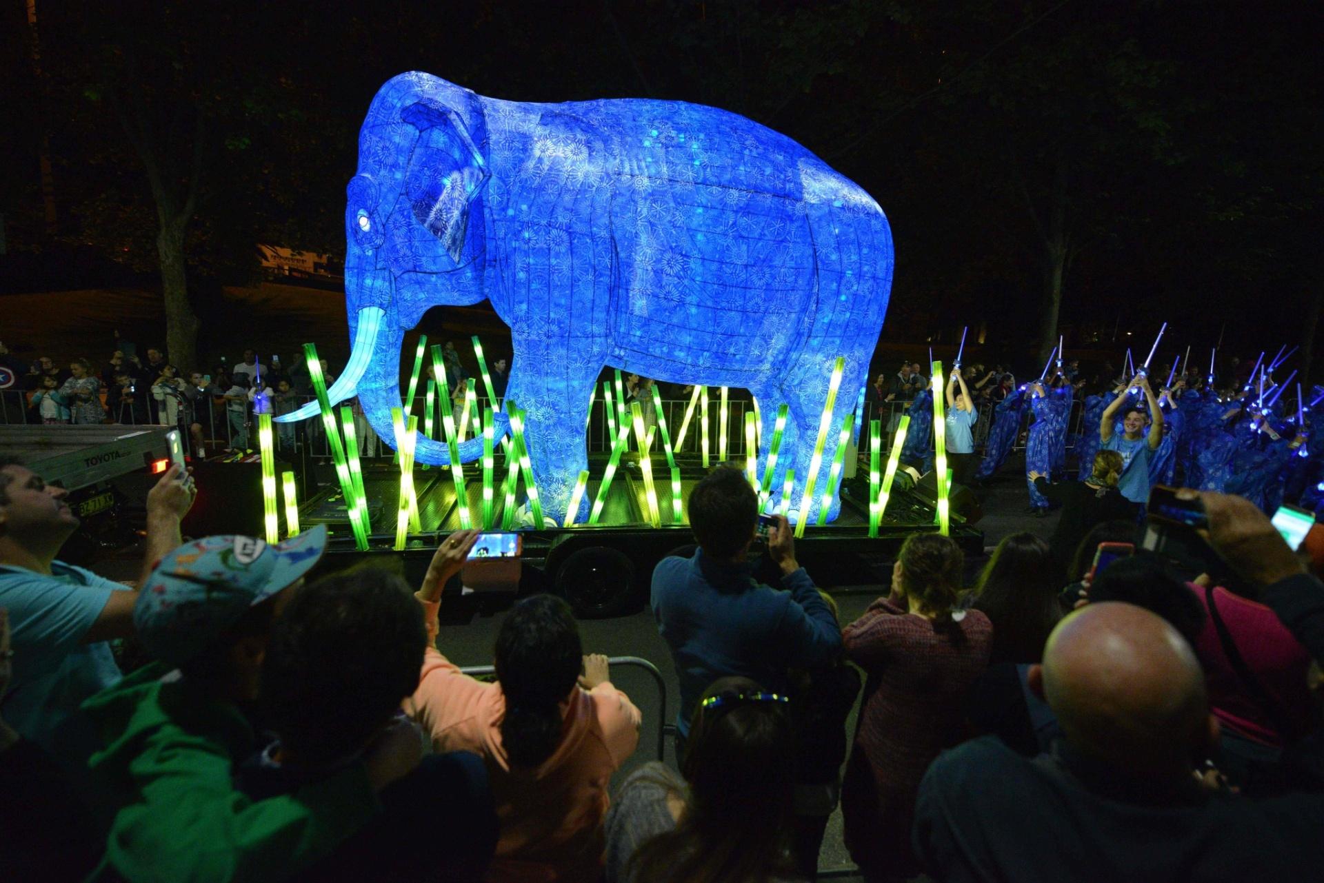15.out.2016 - O elefante-asiático marcou presença na balada e desfilou na parada que celebra o 100º aniversário do zoológico de Taronga, em Sydney, na Austrália
