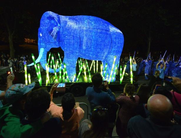 O elefante-asiático marcou presença na balada e desfilou na parada que celebra o 100º aniversário do zoológico de Taronga, em Sydney, na Austrália