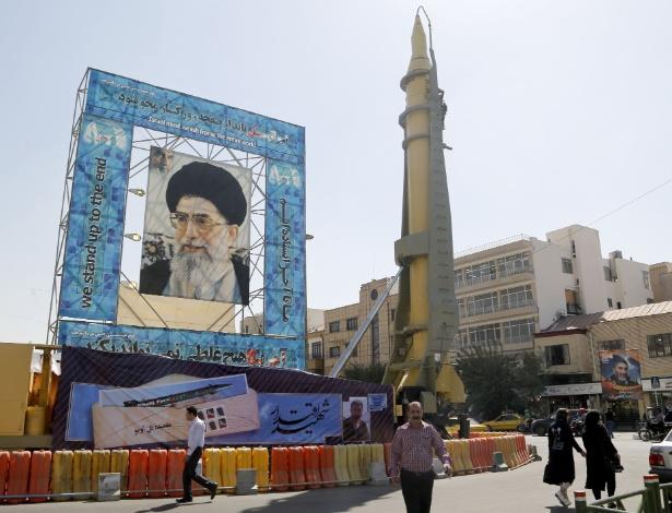 Míssil Ghadr-F é exibido ao lado de foto do líder supremo do Irã, o aiatolá Ali Khamenei, em Teerã, no Irã - Atta Kenare/AFP
