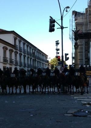6.nov.2016 - No último protesto em frente à Alerj, a cavalaria da PM foi acionada para conter manifestantes que tentavam invadir o prédio
