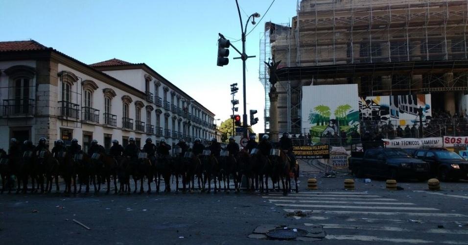 6.nov.2016 - A cavalaria da Polícia Militar foi acionada para conter manifestantes que tentavam invadir a Alerj (Assembleia Legislativa do Rio de Janeiro) nesta tarde, em protesto contra o pacote de austeridade do Governo do Estado