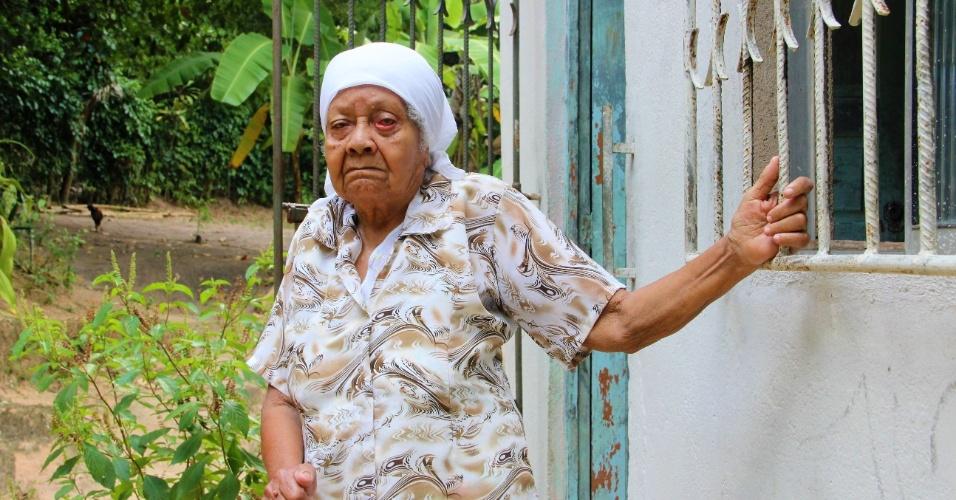 23.dez.2016 -  Dona Maria Oliveira, 96, diz que a Marinha assediou moradores com homens armados