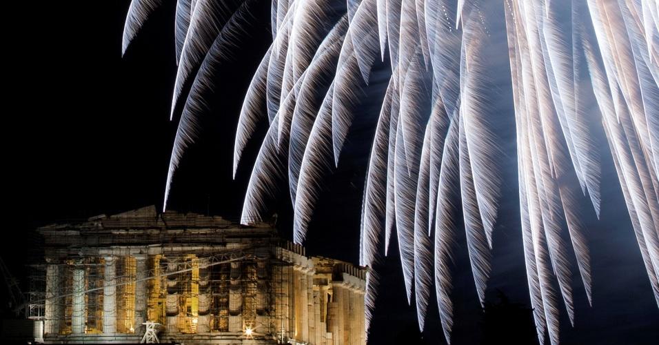 1.jan.2017 - Queima de fotos junto ao templo Partenon, na Acrópole de Atenas, Grécia