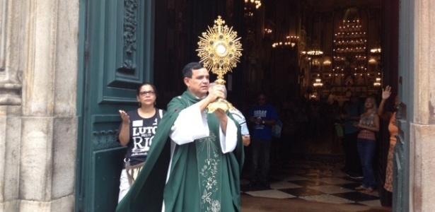 Padre José Delfino de Araújo celebra missa na Igreja de São José, ao lado da Alerj