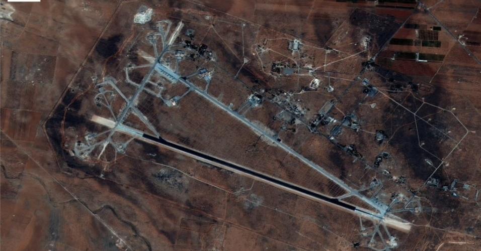 """7.abr.2017 - Imagem divulgada pelo Departamento de Defesa dos Estados Unidos mostra a base aérea de Shayrat, na Síria, após os bombardeios. Forças militares dos EUA dispararam mísseis em uma base aérea síria nesta sexta-feira (7), em resposta ao que o presidente Donald Trump chamou de um ataque químico """"bárbaro"""" do regime daquele país contra civis, na terça-feira (4). O governo da Síria negou qualquer uso de armas químicas e a mídia estatal descreveu o ataque dos EUA como um """"ato de agressão"""""""