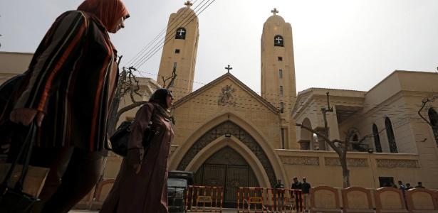 Movimentação em frente à catedral de São Jorge, em Tanta, um dia após o atentado