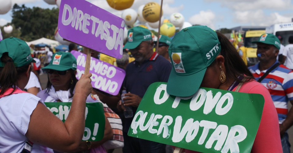 24.mai.2017 -  Milhares de trabalhadores organizados pelas centrais sindicais e movimentos sociais promovem uma marcha, chamada de ocupa Brasília
