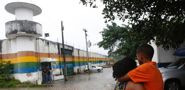 Moradores se abraçam em frente ao Case (Centro de Atendimento Socioeducativo), em Abreu e Lima, na região metropolitana do Recife. Uma rebelião no local resultou na morte de dois adolescentes e a fuga de 34 internos