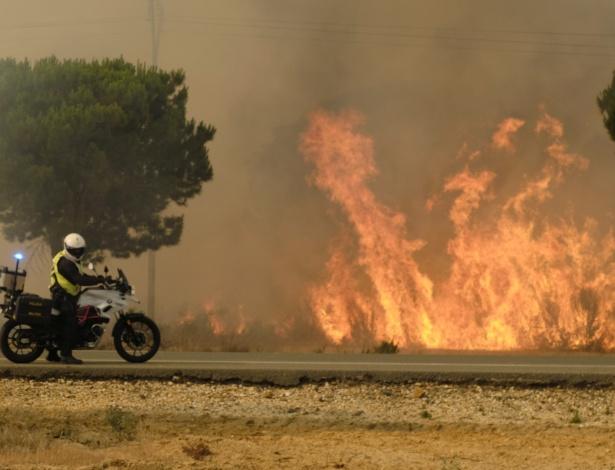 Incêndio atinge parque natural no sul da Espanha, que enfrenta temporada de seca - Julián Pérez/EFE
