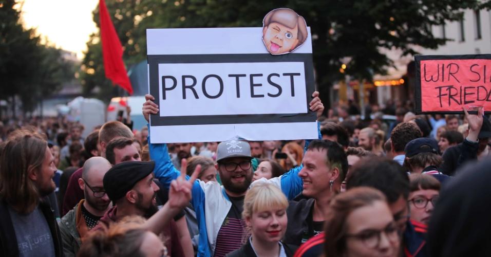 5.jul.2017 - Homem segura cartaz em protesto contra cúpula do G20 em Hamburgo, na Alemanha