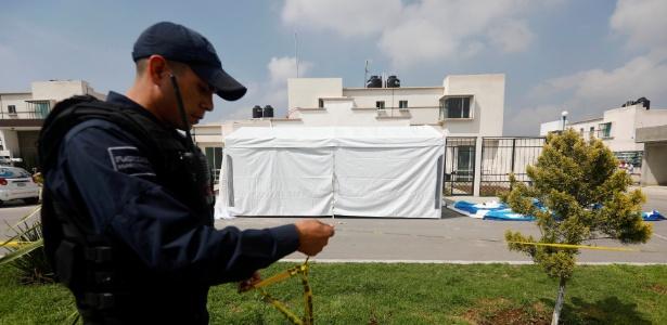 Policial isola área onde onze pessoas foram assassinadas em Tizayuca, no México