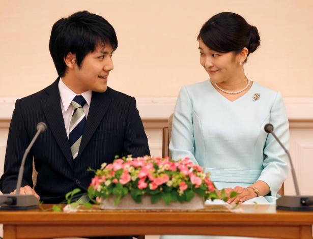 Princesa Mako e seu noivo Kei Komuro, durante anúncio do noivado