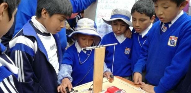 Mateo com o protótipo que desenvolveu com a ajuda dos pais e de professores - Colegio Humberto Luna de Cusco