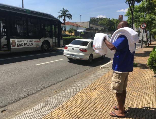 Faça chuva ou faça sol: ele trocou emprego CLT pelo semáforo