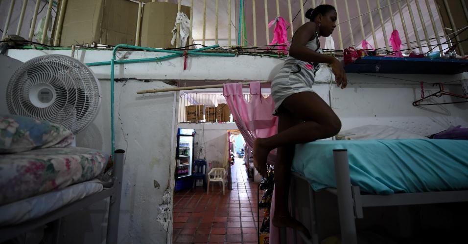 Arleth Martinez, detenta da prisão de Cartagena, deixa a cela para trabalhar no restaurante Interno