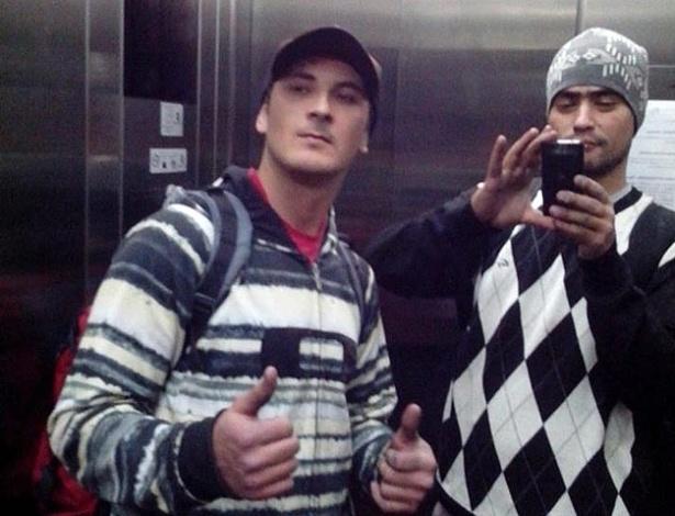 Aílton dos Santos, 33 (à direita), e Alex Dalla Vecchia Costa, 32, no elevador do prédio que haviam invadido para pichar na Mooca (SP) - Arquivo Pessoal