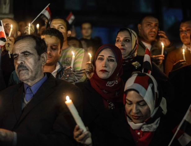 Egípcios seguram velas em uma vigília no centro do Cairo, em memória das vítimas de uma bomba que deixou mais de 300 mortos em uma mesquita do país