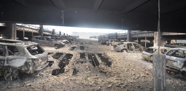 Carros são vistos no que restou do parque de um estacionamento de vários andares atingido por um incêndio que destruiu cerca de 1.400 veículos nesse domingo (31), em King's Dock, Liverpool, Grã-Bretanha
