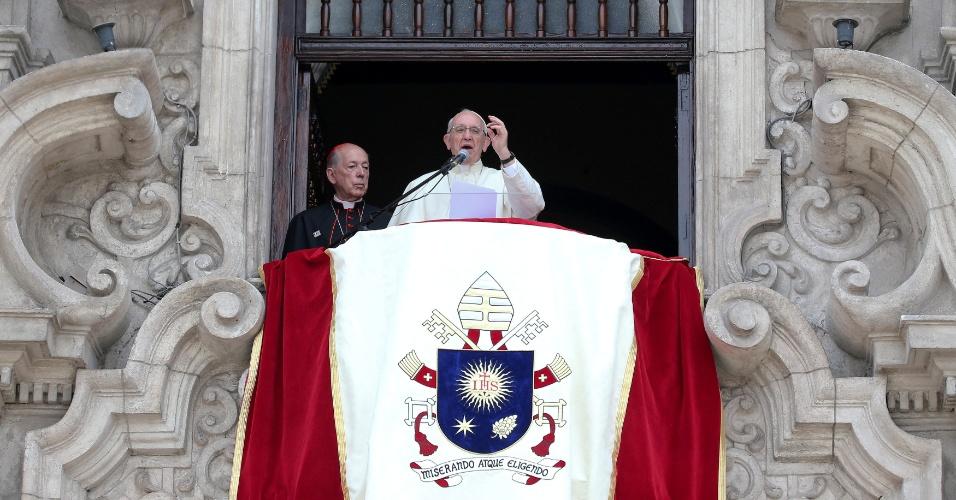 O papa Francisco fala ao lado do arcebispo Juan Luis Cipriani em Lima, Peru