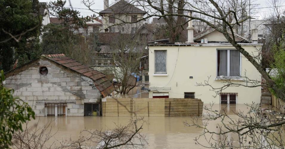 24.jan.2018 - Casas ficam inundadas após enchente em Villeneuve-Saint-Georges, na França