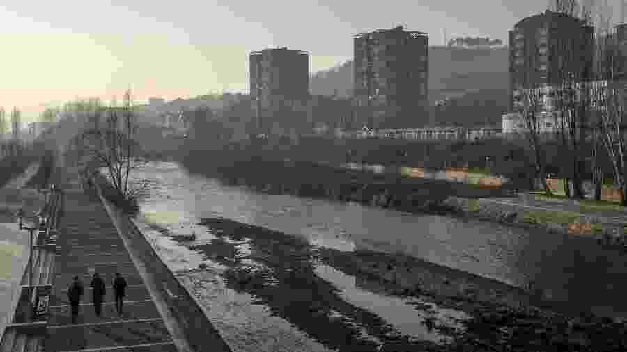 25.jan.2018 - O rio Ibar, que divide as comunidades albanesas e sérvias que vivem em Mitrovica, Kosovo - Andrew Testa/The New York Times