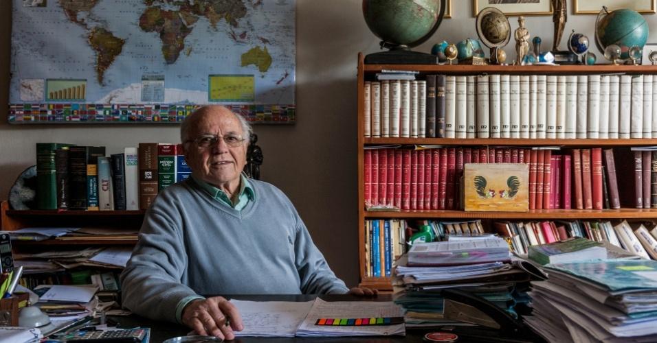 O advogado Adão Faraco exibe em seu escritório o mapa que confirma sua visita à China e à União Soviética antes do golpe militar; para a ditadura, era prova de subversão