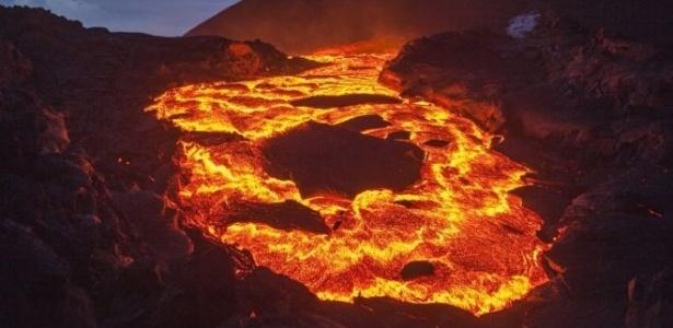 No Havaí, a lava avançou sem controle nas estradas e engolido casas e carros