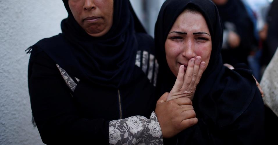 Mãe da bebê palestina de oito meses que morreu após inalar gás lacrimogêneo durante os confrontos entre soldados israelenses e manifestantes palestinos