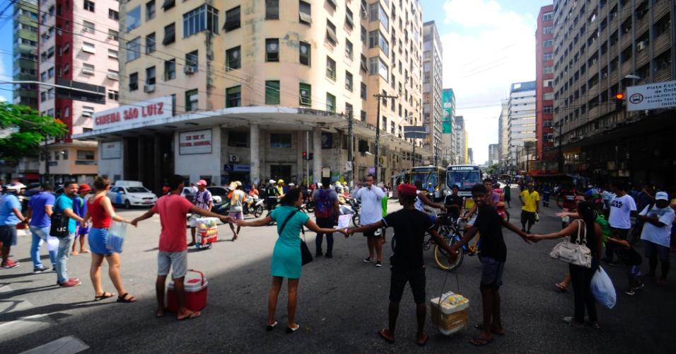 30.mai.2018 -  Representantes de movimentos sociais interditam ruas do centro do Recife em apoio à greve dos caminhoneiros