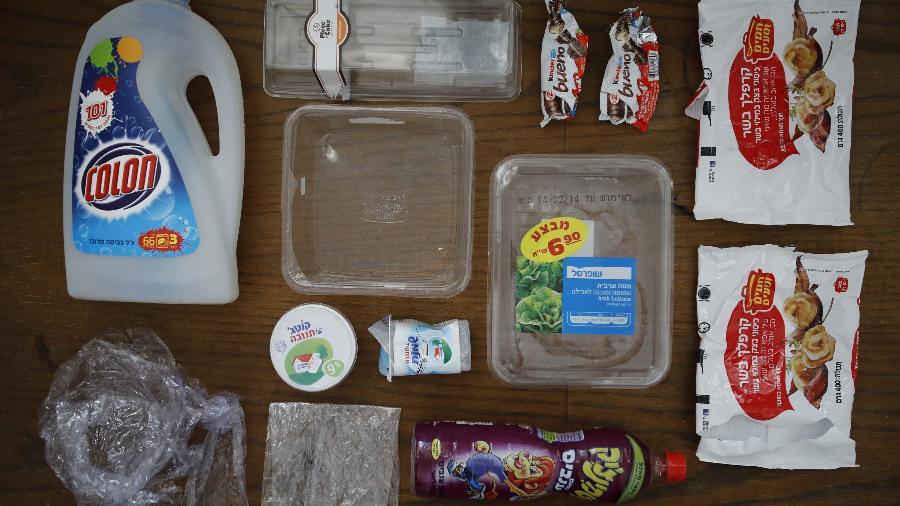 27.maio.2018 - Uma semana de lixo plástico coletada pela família de Tatiana Shnittke, em Jaffa, Tel Aviv, Israel - Corinna Kern/Reuters