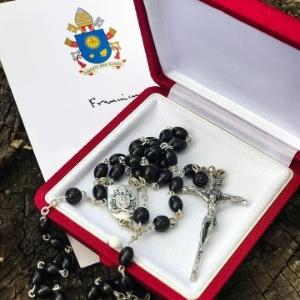 11.jun.2018 - Rosário que teria sido enviado a Lula em nome do papa Francisco