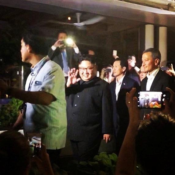 11.jun.2018 - Kim Jong Un acena para a multidão em Cingapura nesta foto de mídia social