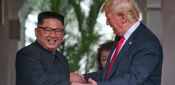 Kim Jong-un e Donald Trump durante ruenião histórica de 12 de junho