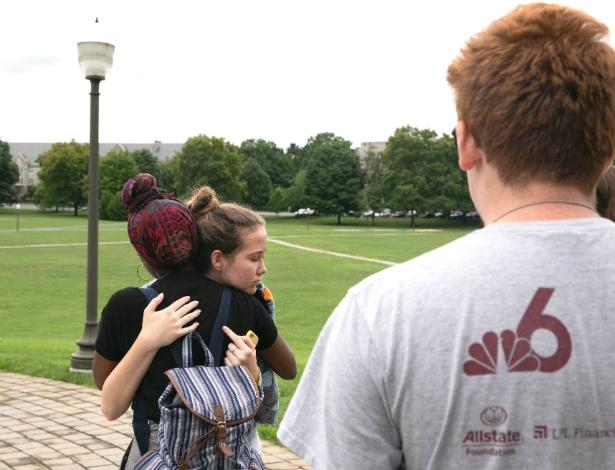Bria Smith, 17 anos, abraça Lauren Hogg, 15, durante uma viagem com a Marcha das Nossas Vidas em Blacksburg, Virgínia