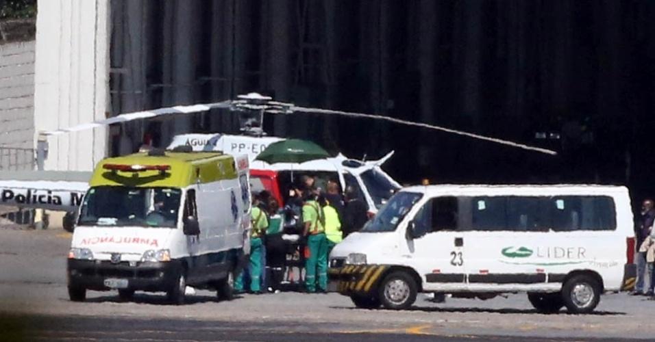 07.set.2018 - Momento em que Bolsonaro é colocado em helicóptero da PM de SP, antes de ser levado ao hospital Albert Einstein, no Morumbi, zona sul da capital