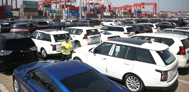 Trabalhador inspeciona carros importados no porto de Qingdao, na China - Reuters