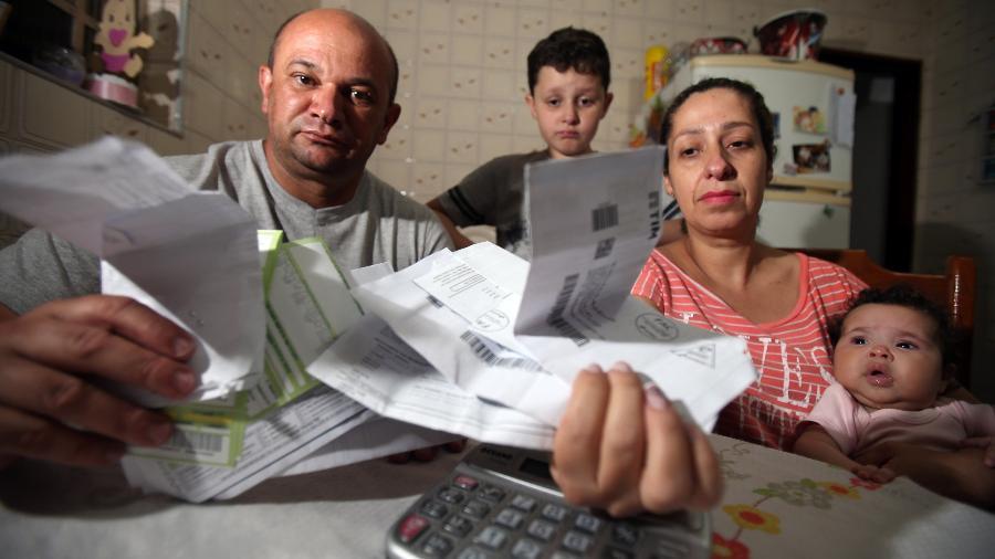 Luciano Frutuoso de Lima, sua esposa, Ângela Cássia Dias Lima, e seus filhos - JF Diorio/Estadão Conteúdo