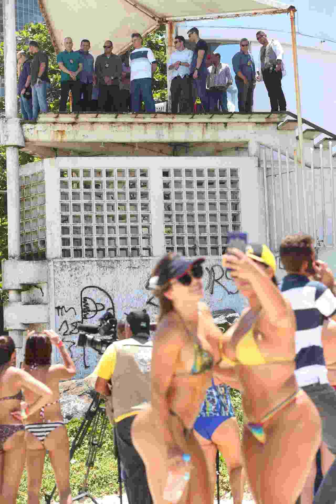 31.out.2018 - O presidente eleito Jair Bolsonaro (PSL) deixou sua casa em um condomínio na Barra da Tijuca, zona oeste do Rio de Janeiro, e foi à praia por 30 minutos, nesta quarta-feira, 31. Cercado por pelo menos duas dezenas de agentes da Polícia Federal e também com o apoio de policiais militares, ele ficou na guarita do Posto 4, na Praia da Barra, para assistir a uma apresentação de pilotos acrobáticos privados em sua homenagem - Wilton Junior/Estadão Conteúdo