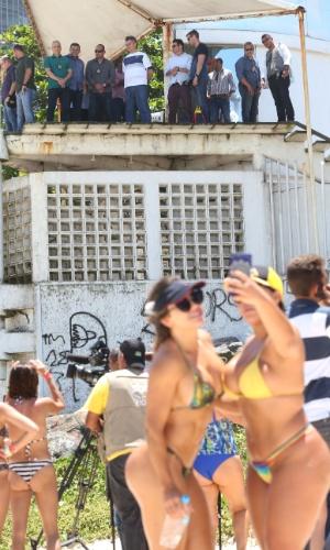 31.out.2018 - O presidente eleito Jair Bolsonaro (PSL) deixou sua casa em um condomínio na Barra da Tijuca, zona oeste do Rio de Janeiro, e foi à praia por 30 minutos, nesta quarta-feira, 31. Cercado por pelo menos duas dezenas de agentes da Polícia Federal e também com o apoio de policiais militares, ele ficou na guarita do Posto 4, na Praia da Barra, para assistir a uma apresentação de pilotos acrobáticos privados em sua homenagem