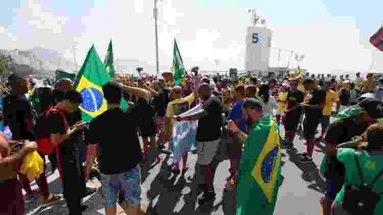 Com bandeiras do Brasil, manifestantes protestam contra o STF em Copacabana - JOSE LUCENA/FUTURA PRESS/ESTADÃO CONTEÚDO