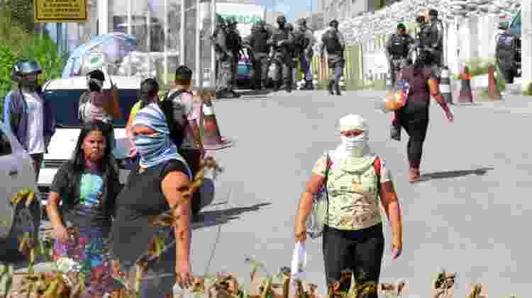 Parentes de detentos protestam e bloqueiam entrada de presídio em Manaus, capital do Amazonas; pelo menos 57 presos morreram nos últimos dois dias - REUTERS/Sandro Pereira - REUTERS/Sandro Pereira