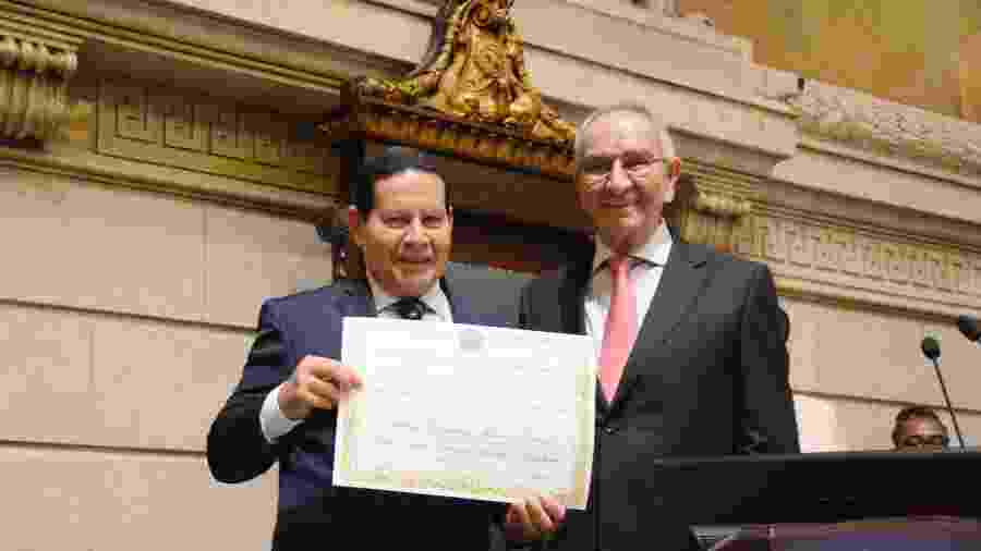 Mourão posa ao lado do presidente da Câmara do Rio, Jorge Felippe (MDB) - Renan Olaz/ Divulgação/ CMRJ