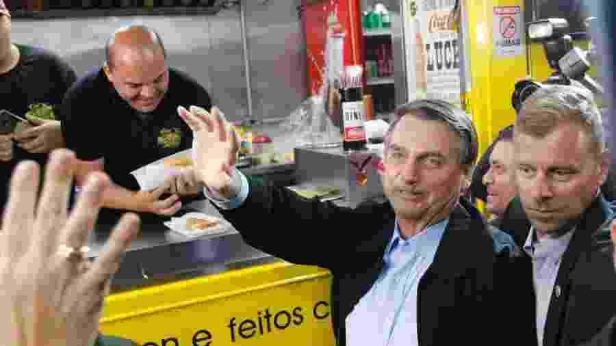 16.ago.2019 - Jair Bolsonaro no food truck Hot Dog do Senhor, em visita à cidade de Resende (RJ) - Fernando Frazão/Agência Brasil