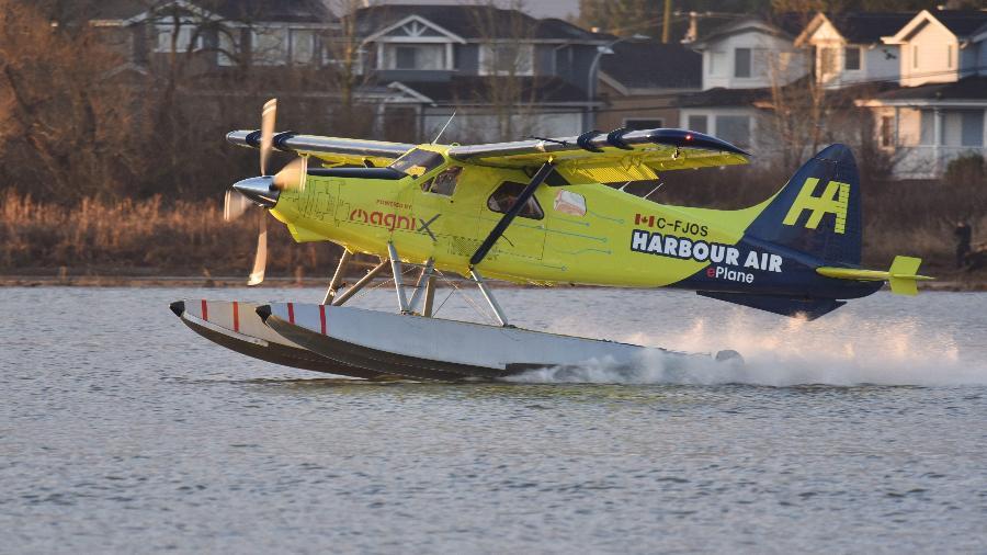10.dez.2019 - Hidroavião durante voo de teste no Canadá - Don MacKinnon/AFP